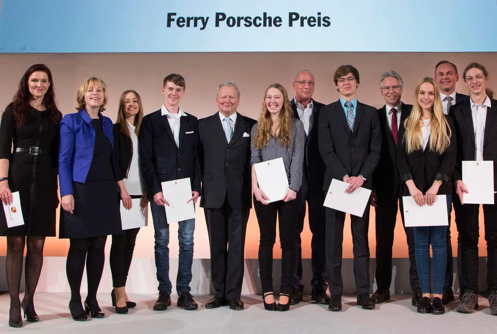 911 Targa 4S >> Unser Foto zeigt von links: Konstanze Marinoff (Leiterin Personalmarketing der Porsche AG ...