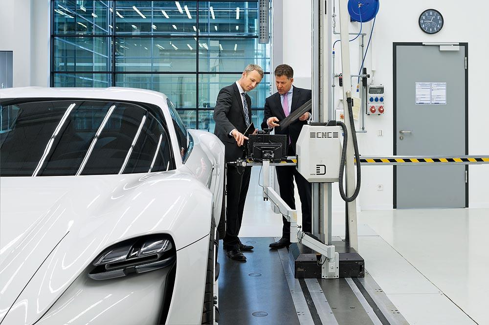 Porsche Macan Gts >> Philip Morsey (Leiter Konzeptbau) (r.) mit Dr. Christian ...